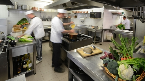 Gli incidenti pi comuni in cucina tagli e ustioni - Rischi in cucina ppt ...