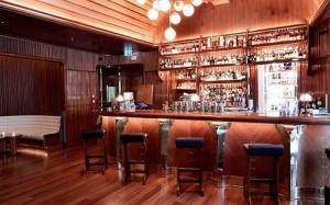 In linea con il nuovo trend, Replay, nel cuore di Milano, ospita al suo  interno il cocktail bar Octavius e il ristorante The Stage