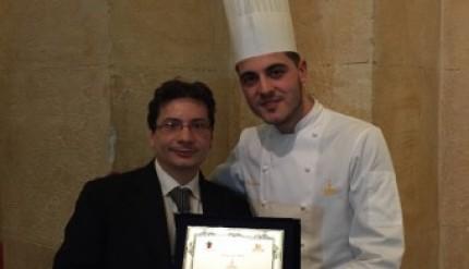 da sinistra Emanuele Giorrdano premia il giovane pasticcere Mario Fiasconaro