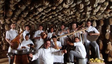 Massimo Spigaroli e il suo staff nella cantina dei culatelli dell'Antica Corte Pallavicina a Polesine Parmense (PR)