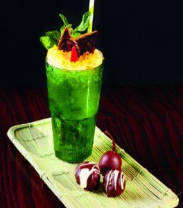 Fabio Comboni propone il Dirty Day Martini in coppia con olive candite ricoperte di cioccolato extra fondente