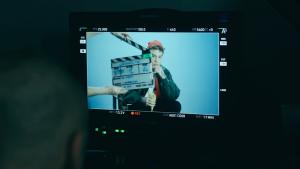 giravolte_spot_backstage-con-camera-che-inquadra-fedez
