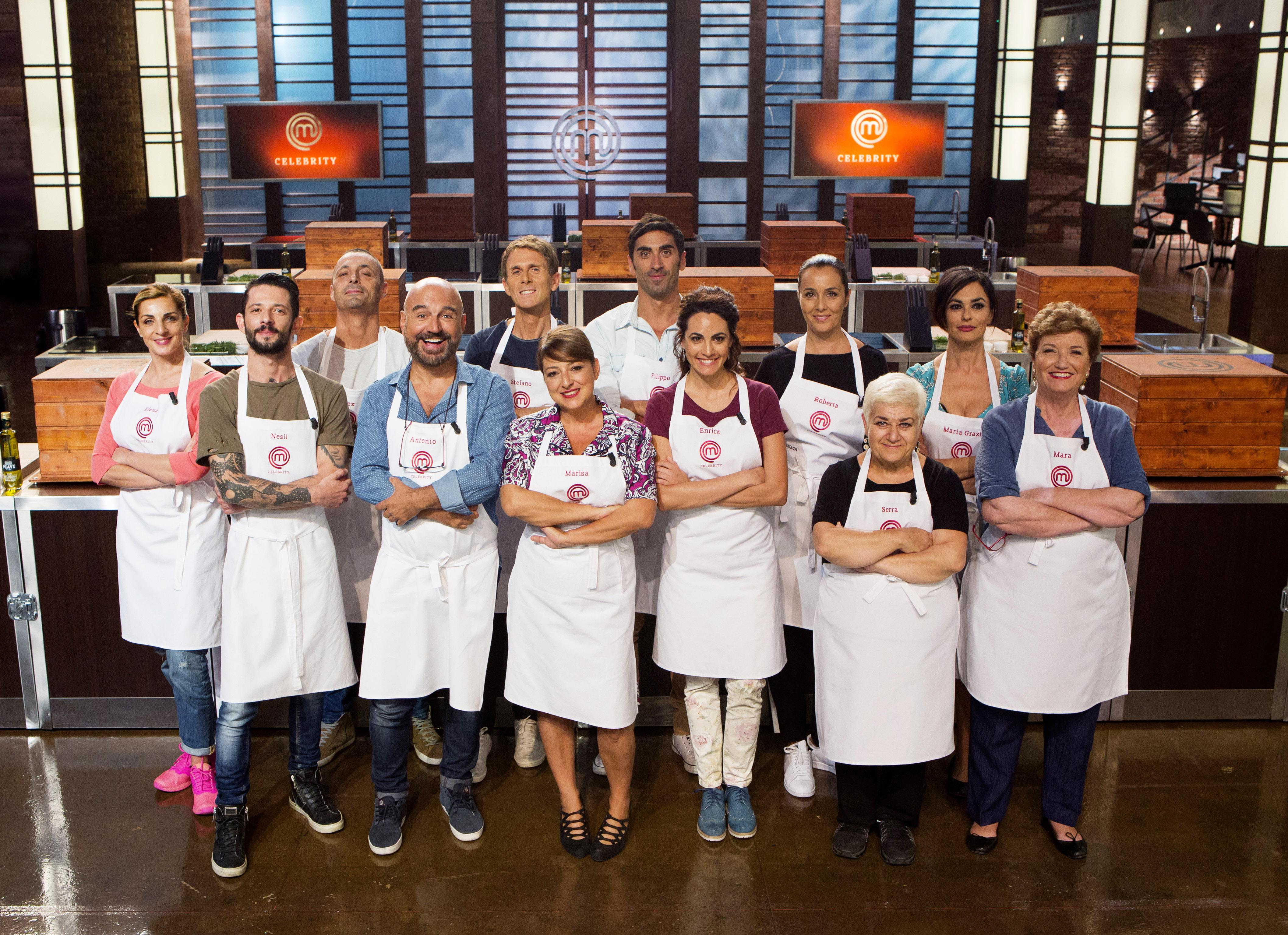 il cast di celebrity masterchef vedr schierati nella celeberrima cucina della masterclass il cantante alex britti lastrologo antonio capitani